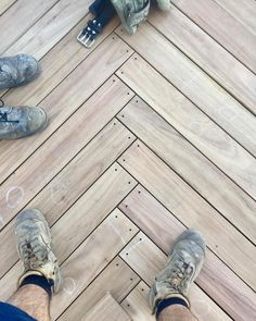 It's the weekend! But here's a nice herringbone junction on a Spotted gum deck with matte black trim head screws 🤤 Pergola With Roof, Diy Pergola, Olive Street, Roof Plan, Backyard Fences, Pergola Designs, Black Trim, Herringbone, Cover Design