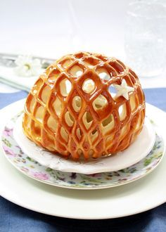 {Imprisoned apples} by larecetadelafelicidad: Baked apples filled with custard and nuts in a pastry cage. Looks so yummy Fancy Desserts, Just Desserts, Delicious Desserts, Dessert Recipes, Yummy Food, Dessert Food, Apple Recipes, Sweet Recipes, Unique Recipes