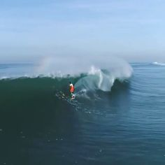 Sometimes teamwork, foot straps, no fins and a funny wetsuit will get you barreled. Here @fredcompagnon rides his modified alaia at Hossegor. Video: @atlanticdrones