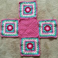 Granny Square Bag - The granny stash bag. The middle square is the Lydia Squa. Granny Square Bag – The granny stash bag…. The middle square is the Lydia Squa… : Granny Squ Granny Square Bag, Granny Square Crochet Pattern, Crochet Squares, Crochet Granny, Crochet Beach Bags, Crochet Market Bag, Crochet Bags, Crochet Handbags, Crochet Purses