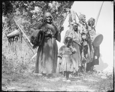 Family camp scene, n. Indian Pictures, Old Pictures, Old Photos, Native American Photos, Native American Indians, Native Americans, Black Indians, Tribal People, First Nations