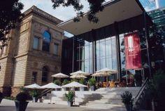 Das Städel-Museum Frankfurt a. Main twittert unter: http://twitter.com/staedelmuseum