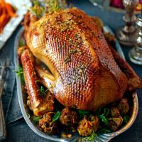 Marcus Wareing's roast goose with stuffing and gravy (includes recipe for pine nut & raisin stuffing balls) Roast Goose Recipes, Duck Recipes, Chicken Recipes, Christmas Roast Goose, Christmas Duck, Christmas 2019, Essen In London, Nigel Slater, London Food