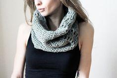 Dieser süße Schal ist aus wunderschöner grauer Schachenmayr-Wolle gehäkelt. Der Schal wärmt dich im Herbst & im Winter und hübscht dein Outfit auf. Du kannst ihn als Schal tragen und ihn an kalten Tagen über den Kopf ziehen.
