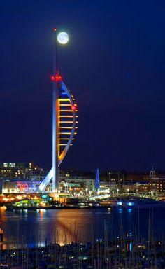 Spinnaker Tower. The tower total height of 170 m above sea level. England, United Kingdom, Portsmouth _ Spinnaker kilátó torony. A torony, tengerszint feletti teljes magassága 170 m. Anglia, Egyesült Királyság, Portsmouth