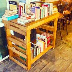 Mesa, rack de vinos y librero...