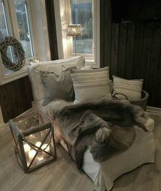 **Un angolo favoloso** Black Rooms, Hygge Home, Cozy Cabin, Winter Cabin, Home Libraries, Decoration, Warm And Cozy, My Dream Home, Bean Bag Chair