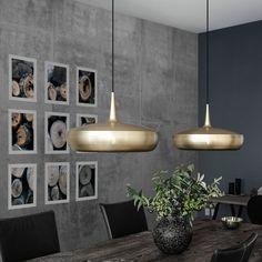 VITA Clava Dine pendel med børstet messing finish. Elegant lampe der passer perfekt over spisebordet. Køb Clava Dine lampen fra VITA online i webshoppen.
