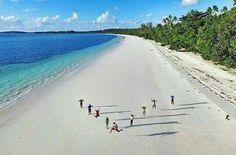 Ngurbloat beach, Maluku. Pantai panjang ngurbloat ini adalah salah satu pantai yang memiliki pasir terhalus di dunia.