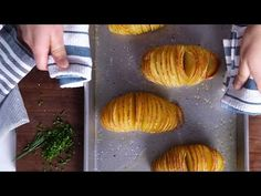 For a scene-stealing side that only takes a few minutes to prepare, turn to a new style of potatoes. Here, learn how to make easy Hasselback potatoes. Potato Recipes, Veggie Recipes, Indian Food Recipes, Gourmet Recipes, Beef Recipes, Healthy Recipes, Recipies, Baked Potato Bar, Raw Potato