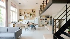 Vrienden knappen oude school in Amsterdam op om er samen te wonen