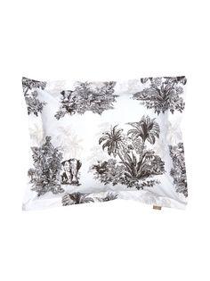 Viidakkoaiheisesti kuvioitu tyynyliina on valmistettu mukavasta perkaalipuuvillasta.