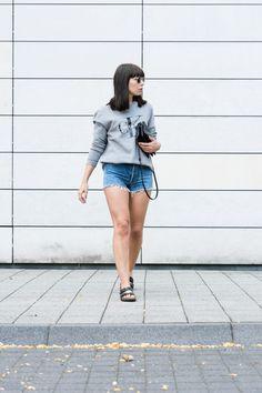 """Outfit Details: Sweatshirt – Calvin Klein Jeans-Shorts – Vintage Levi´s 501 Sandalen – Birkenstock """"Arizona"""" Umhängetasche – Céline Trio Sonnenbrille – Ray-Ban """"Round Metal"""" #summer #outfit #minimalist #minimalism"""