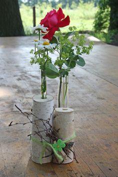Birkenholz, ein Reagenzglas und eine blühende Sommerblume: Fertig ist eine abwechslungsreiche Tischdeko, die weder viel kostet noch viel Zeit braucht.