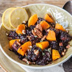 Einst nur dem chinesischen Kaiser vorbehalten, darf schwarzer Reis jetzt auch auf deinen Teller - am besten zusammen mit süßem Kürbis und Pekannüssen.