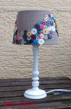 Vor langer Zeit sah ich mal einen Lampenschirm voller Knöpfe.     Ich fand ihn toll!     Doch zu dem Zeitpunkt hatte ich weder Knöpfe...