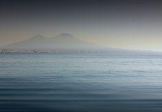 D.Signers   ¿Qué pasó en Pompeya? 49.El Vesubio no se pierde en el entorno por muchos kilómetros. El gran cono se originó por la erupción que sepultó a Pompeya. También llamado Somma-Vesubio, se formó por la unión de las placas Africana y Euroasiática.