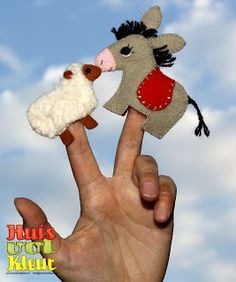 oveja y burrito. Sheep and donkey puppet fingers Puppet Crafts, Nativity Crafts, Craft Stick Crafts, Felt Crafts, Glove Puppets, Felt Puppets, Felt Finger Puppets, A Christmas Story, Felt Christmas