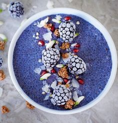 DE ⬇ Hi guys, here is another coconut chia pudding with vanilla and matcha from @matcha.blue topped with frozen blackberries, granola, pomegranate seeds, moringa flowers and coconut flakes 😍 I started eating chia pudding more regularly because of the many health benefits and I really love it. It can be colored so easily with natural colors like this blue matcha 💙 You can use my coupon code elavegan for a 10% discount in case you want to order it.  Recipe for my chia pudding:  1 cup of…