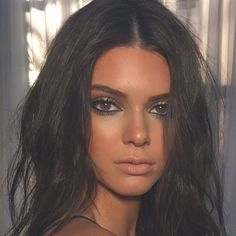 Eye Makeup - Kendall Jenner with wavy hair and tanned beyond perfection, the perfect nude lip and smoked out eye makeup - Ten Different Ways of Eye Makeup Maquillage Kendall Jenner, Kendall Jenner Make Up, Kendall Jenner Smoking, Kendall Kardashian, Kendall Jenner Instagram, Kardashian Jenner, Kylie Jenner, Beste Concealer, Sexy Make-up