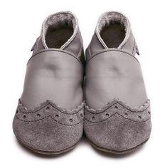 Coole Baby Lederpuschen im klassischen Grau aus Leder der Marke Inch Blue. Handgefertigt in England aus Chrom-Vi-freiem Leder. Weiche, rutschfeste Wildledersohlen.