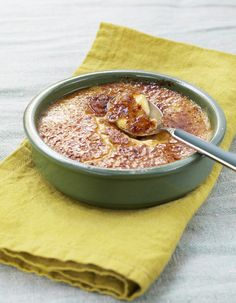 Recette Crème catalane : Délayez la fécule dans 1,5 dl de lait. Faites bouillir le reste de lait avec le zeste de citron, la cannelle et la vanille. Portez à ébullition puis retirez du feu et laissez infuser 10 mn. Fouettez les jaunes d'oeufs avec le sucre. Incorporez le lait aromatisé en le...