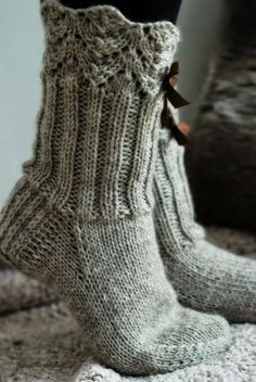 Wool socks – Lace + ribbing ~~ Villasukat matkalaukussa: Rusetein koristetut… Wool socks – Lace + ribbing ~~ Wool socks in the suitcase: Lace waistcoats with rhinestones. Diy Crochet And Knitting, Crochet Socks, Knitted Slippers, Slipper Socks, Knitting Socks, Hand Knitting, Knitting Patterns, Knit Socks, Looks Country