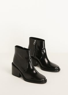 Acne Studios. Patent leather ankle boot in black with a rounded toe. Made in Italy.