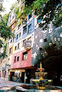 Hundertwasserhaus, Austria, Vienna -- La Casa Hundertwasser sita en Kegelgasse 34-38 en el distrito 3 de Viena, es un complejo residencial municipal, construido entre 1983 y 1985. Wien, Austria Estilo arquitectónico: Arquitectura expresionista Arquitectos: Friedensreich Hundertwasser, Joseph Krawina