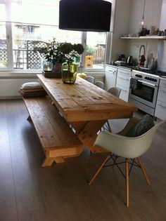 Eettafel en bijpassende bank, van nieuw stijgerhout