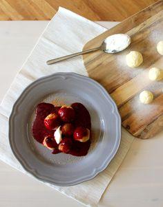 Tvarohové knedlíčky s ovocným přelivem   Máma peče doma