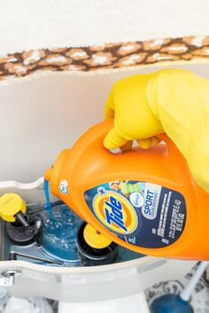 How To Make Your Home Clean And Bathroom Smelling Amazing – Country Diaries Diy Home Cleaning, Household Cleaning Tips, Cleaning Checklist, House Cleaning Tips, Diy Cleaning Products, Cleaning Solutions, Cleaning Recipes, Spring Cleaning, Cleaning Supplies