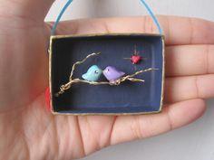 Dos pájaros del amor en un diorama miniatura Box Tree rama- Assemblage Arte 3 - D que ofrecen pájaros pintados a mano , paisaje, rama de un árbol de alambre