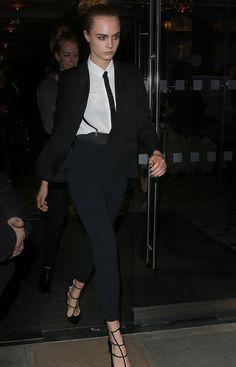 Cara Delevingne en costume Saint Laurent par Hedi Slimane à Londres http://www.vogue.fr/mode/inspirations/diaporama/les-looks-de-la-semaine-octobre-2015/23086#cara-delevingne-en-costume-saint-laurent-par-hedi-slimane-londres
