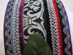 Vista en detalle de la diadema para Tribal, donde se puede apreciar las cintas de terciopelo, las pasamanería metálicas y el galón de adorno.