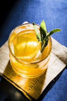 Whether you love a good alcoholic hot beverage with or vodka or tequila or an extra-boozy concoction, these cocktails are guaranteed to keep you toasty this winter. Apple Cider Cocktail, Bourbon Cocktails, Drinks Alcohol Recipes, Yummy Drinks, Drink Recipes, Gin And Lemonade, Cocktail Desserts, Winter Drinks, Spiced Rum