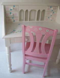 Groor bureau met roze stoel #kinderbureau #kindermeubelen #kinderkamers
