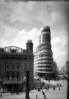 Streamline Moderne — The Carrión Building, Madrid. Foto Madrid, Real Madrid, Valencia, Best Hotels In Madrid, Madrid Travel, Great Buildings And Structures, Modern Buildings, Dubai Skyscraper, Flatiron Building