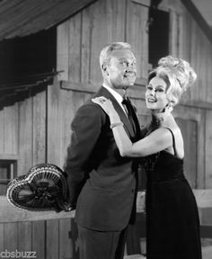 Eddie Albert and Eva Gabor in Green Acres Christmas Tv Shows, Eva Gabor, Vintage Television, Comedy Tv, Classic Actresses, Kids Tv, Old Tv Shows, Smiles And Laughs, Vintage Tv