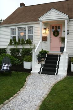 67 Ideas for stairs design exterior curb appeal Outside Living, Outdoor Living, Outdoor Decor, Keitel Haus, Small Front Porches, Home Exterior Makeover, Studio Mcgee, House With Porch, Window Boxes