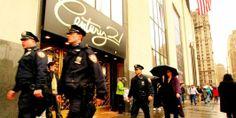 VÆR BEREDT: Før du entrer kjøpesenteret Century 21 i New York må du være forberedt. Kjøpesenteret kan nemlig minne mer om et galehus.