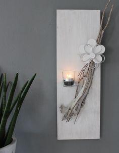 WD115 – Wanddeko, passend zu unserer großen Säule! Holzbrett weiß gebeizt, dekoriert mit natürlichen Materialien, einem Teelichtglas und einer Holz-Metallblume! Preis 39,90€ Größe 20x60cm