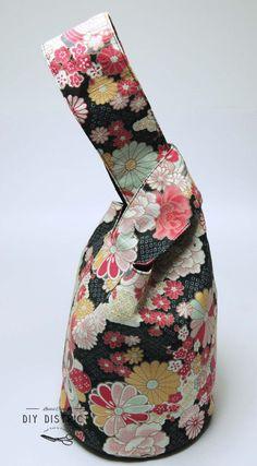 Sac Japanese Knot-bag, fait main en tissu Japonais. Un petit Knot bag Japonais fait main, se ferme en glissant une anse dans l'autre et se porte au poignet donc, idéal pour transporter le strict nécessaire, ou pour mettre le goûter, pour Pâques... *Hauteur du sac: 25cm (côté petite anse), et 35cm (côté grande anse) *Diamètre du fond: 13cm *Se ferme en glissant une anse dans l'autre. *Matière (extérieur/ intérieur) 100% tissu Japonais en coton, motif fleuri et Asanoha. *Il se pourrait q...