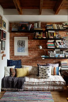 How to Fit a Reading Nook into the Smallest of Spaces Wie man eine Leseecke auf kleinstem Raum einbaut The dream Home(s) (Visited 3 times, 1 visits today) Home Design, Interior Design, Design Ideas, Diy Interior, Meditation Space, Home And Deco, Reading Room, Small Bedrooms, My New Room