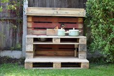 As summer draws to a close and autumn starts to creep in, I have the perfect make for you. How to make a mud kitchen out of pallets. Outdoor Play Kitchen, Diy Mud Kitchen, Mud Kitchen For Kids, Wooden Pallet Furniture, Wooden Pallets, Outdoor Furniture, Diy Toy Box, Outdoor Learning Spaces, Hair Accessories Storage
