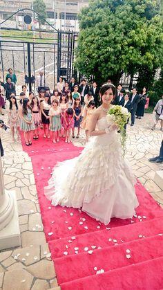 ミリオン達成感謝記念で、MVのオフショット貼ります!(スタッフからもらったのがほとんどですが。。。) ハロウィン・ナイト、そして、カップリングを聴いてくださり、本当に有難うございます! #君にウェディングドレスを・・・ https://twitter.com/sizuk_yuasa/status/638630580477784064