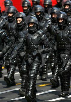 Peruvian Anti-Riot Police Uniforms Look Like Judge Dredd Meets Batman - Uniform Police Gear, Riot Police, Police Uniforms, Military Police, Futuristic Armour, Judge Dredd, Body Armor, Shadowrun, The Villain