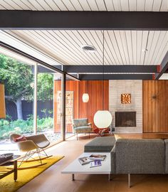Bobertz Residence by Craig Ellwood (1953) | The house seamlessly blends indoors and out | Photo ©Darren Bradley