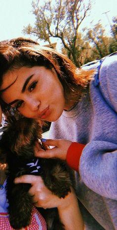 Selena and dog ❤🐶pin 🍃 lelegirll 🍃 Selena Gomez Fotos, Selena Gomez Cute, Selena Gomez Style, Coachella, Selena Gomez Wallpaper, Alex Russo, Divas, Marie Gomez, Female Singers