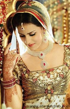 Designs of Indian jewelry are very popular especially all over the Asia and the world as it similarly matches the Pakistan Jewelry designs.